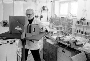 Josef Svoboda nel suo studio
